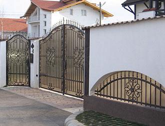 Ferro battuto cancelli recinzioni ringhiere per le scale ed il balcone inferriate per le - Cancelli per porte finestre ...